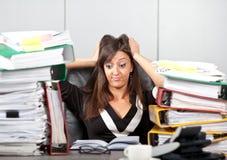 Tensión en work.woman que lleva a cabo su cabeza Fotografía de archivo libre de regalías