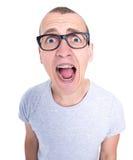 Tensión - hombre joven divertido en vidrios con los apoyos en screami de los dientes Foto de archivo libre de regalías