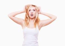 Tensión. La mujer joven frustró la tracción de su pelo en blanco Fotografía de archivo