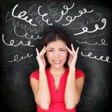 Tensión - mujer subrayada con dolor de cabeza Imagen de archivo libre de regalías