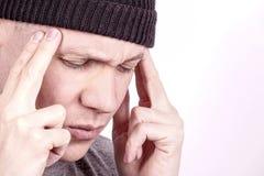 tensión Un individuo que tiene dolor de cabeza de tensión fotos de archivo libres de regalías