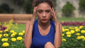 Tensión y ansiedad hispánicas jovenes de la mujer almacen de video