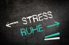 Tensión y concepto de Ruhe escrito en una pizarra Fotografía de archivo