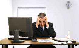 Tensión del empleado en su oficina Foto de archivo libre de regalías