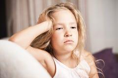 Tensión del pequeño niño Foto de archivo