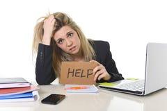 Tensión hermosa joven del sufrimiento de la mujer de negocios que trabaja en la oficina que pide la ayuda que siente cansada Imagenes de archivo
