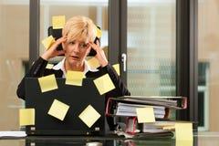 Tensión im Büro - tratamiento o Foto de archivo libre de regalías