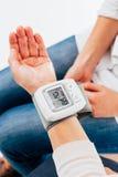 Tensiometer na mão fêmea Fotografia de Stock Royalty Free