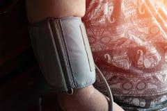 Tension artérielle de contrôle de santé des hommes photos stock