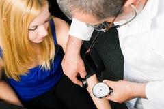 Tension artérielle de mesure de docteur photographie stock