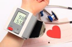 Tension artérielle, forme de coeur et stéthoscope de mesure sur l'électrocardiogramme Images stock