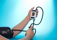Tension artérielle surveillée de personne par tonometer Image stock