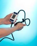 Tension artérielle surveillée de personne par tonometer Photos libres de droits