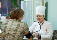 Tension artérielle de mesure de docteur Photos libres de droits