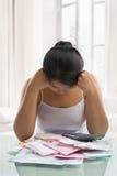 Tension asiatique de femme au-dessus des factures Photo stock