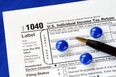 Tension et mal de tête en classant la déclaration d'impôt Photo stock