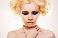 Tension. Femme avec le renivellement de cheveu blond et de roche Photos stock