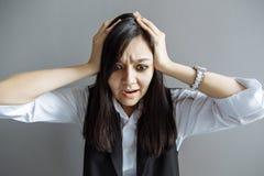 tension Femme d'affaires frustrée Image drôle de jeune femme d'affaires asiatique caucasienne Image libre de droits