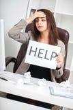 tension La jeune femme malheureuse d'affaires, les besoins aident à contrôler le travail photos stock
