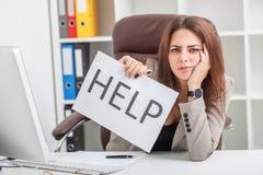 tension La jeune femme malheureuse d'affaires, les besoins aident à contrôler le travail photographie stock libre de droits