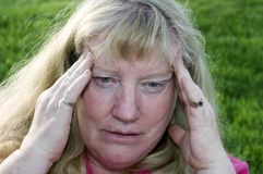 Tensionado con dolor de cabeza Imagen de archivo