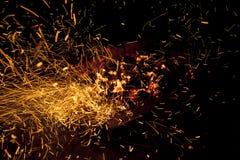 In tensione-carboni d'accensione caldi che bruciano in un barbecue Fotografia Stock Libera da Diritti