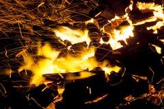 In tensione-carboni d'accensione caldi che bruciano in un barbecue Immagine Stock