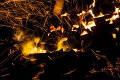 In tensione-carboni d'accensione caldi che bruciano in un barbecue Immagini Stock