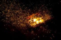 In tensione-carboni d'accensione caldi che bruciano in un barbecue Fotografia Stock