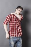 Tensione di rilassamento del giovane uomo sportivo in parte posteriore della tomaia Fotografie Stock