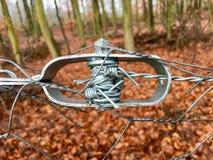 Tensor viejo del alambre de una cerca de alambre en primer Fotografía de archivo libre de regalías