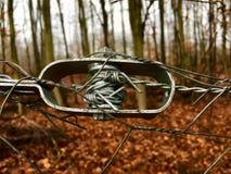Tensor viejo del alambre de una cerca de alambre en primer Foto de archivo libre de regalías