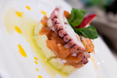 Tentáculo del pulpo con el camarón curruscante Foto de archivo libre de regalías