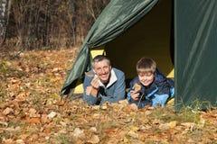 Tent in de herfstbos royalty-vrije stock afbeelding