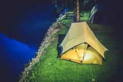 Tent die bij Nacht kamperen Stock Foto