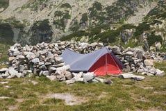 Tent die in een mooi berglandschap kampeert Stock Foto's