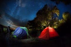 Tent die onder sterrige nacht kamperen Stock Afbeeldingen