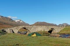 Tent door Spey rivier bij Garva-brug, Schotland in de lente Stock Afbeeldingen