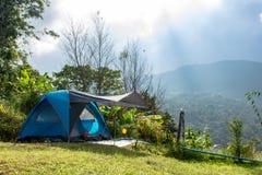 Tent en achtergrondhemel en bergmeningen royalty-vrije stock foto