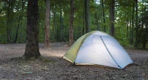 Tent en donker kampeerterrein stock fotografie