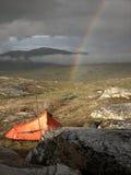 Tent en regenboog stock foto