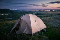 Tent en stadslichten royalty-vrije stock afbeeldingen
