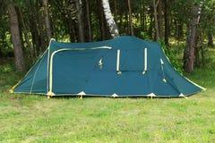 Tent in het bos tegen de bomen Royalty-vrije Stock Foto's