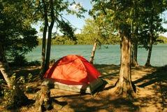 Tent in het hout stock afbeelding