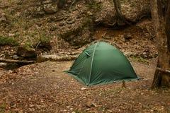 Tent in het midden van een mooi de herfstbos Stock Afbeeldingen