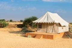 Campa platshotell för Tent i en öken Arkivfoton