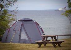 Tent naast ocean.GN royalty-vrije stock afbeelding