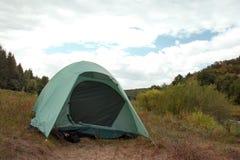 Tent op de achtergrond van vallei, rivier en bos royalty-vrije stock foto's
