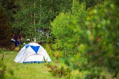 Tent op Forest Meadow royalty-vrije stock afbeelding