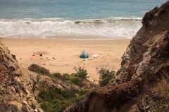 Tent op het meest verste zuideneind van Crystal Cove-strand stock foto